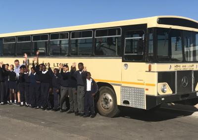Schulkinder vor dem Hope&Light Bus